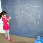 dziecko pisze na tablicy