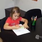 dziecko rysuje liścia