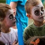 dzieci zmalowanymi twarzami