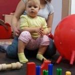 dziecko siedzi