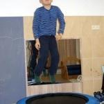dziecko skacze na trampolinie
