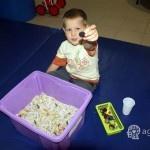 dziecko pokazuje zabawke