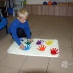dziecko się bawi