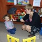 dziecko puszcza bańki