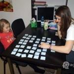 dziecko gra w karty