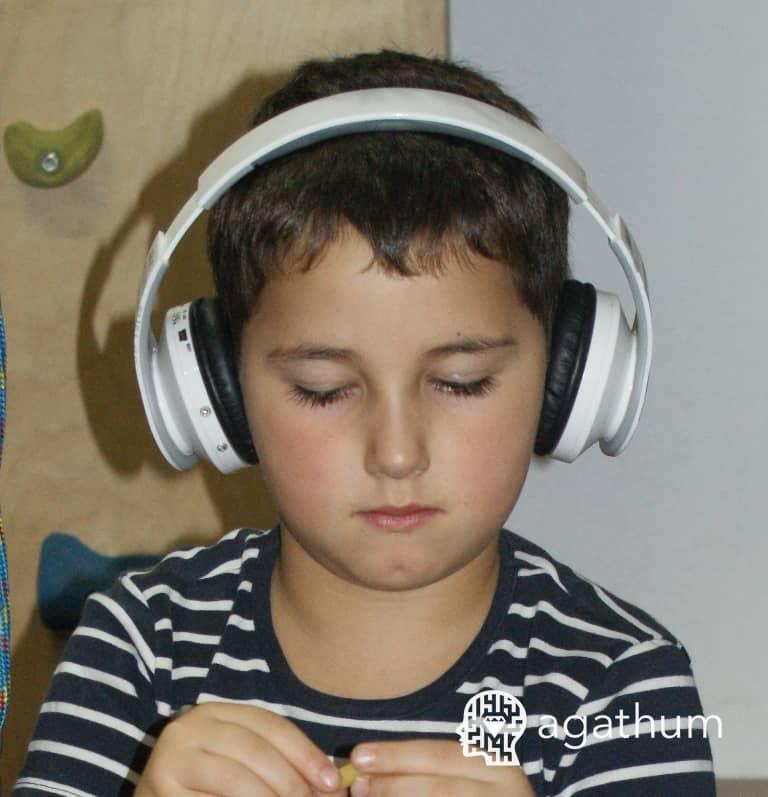 dziecko słucha muzyki
